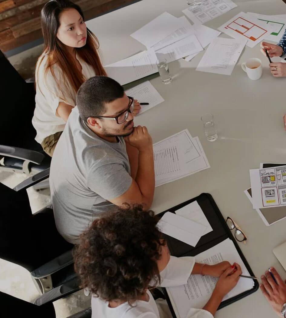 Equipe de marketing e criação trabalhando